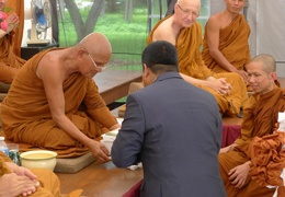 The Sri Lankan hight commissioner receives Dhamma books from Luang Por Liem