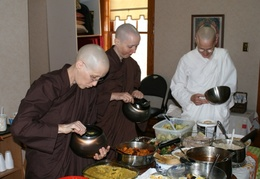 The sisters from Satisaraniya receive alms